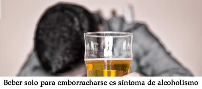 beber solo para emborracharse es sintoma de alcoholismo